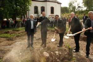 Spatenstich zum Bau des Seniorenheimes und Kindertagesstätte Hülchrath. Der Neubau war überlebenswichtig und sicherte viele Arbeitsplätze. Gut, dass wir alle gegen gewisse Kräfte in Blankenheim zusammgehalten haben